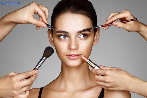 皮肤黑的MM怎么化妆-欧泉生化